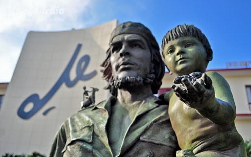 """""""Che ve Çocuk"""" Heykeli üzerine"""